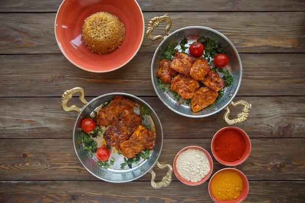 Bovenaanzicht van gemarineerde kip met bord pasta Gratis Foto