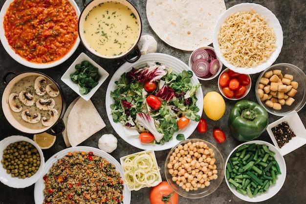 Bovenaanzicht van gerechten met salade en noedels Gratis Foto