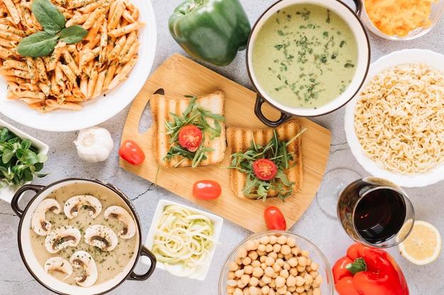 Bovenaanzicht van gerechten met toast en cherry tomaten Gratis Foto