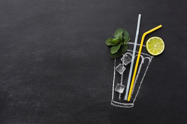 Bovenaanzicht van getekende cocktailglas met rietjes en limoen Gratis Foto