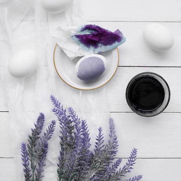 Bovenaanzicht van geverfde eieren voor pasen met lavendel plant Gratis Foto