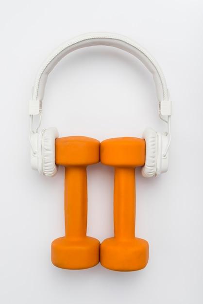 Bovenaanzicht van gewichten met koptelefoon op Gratis Foto