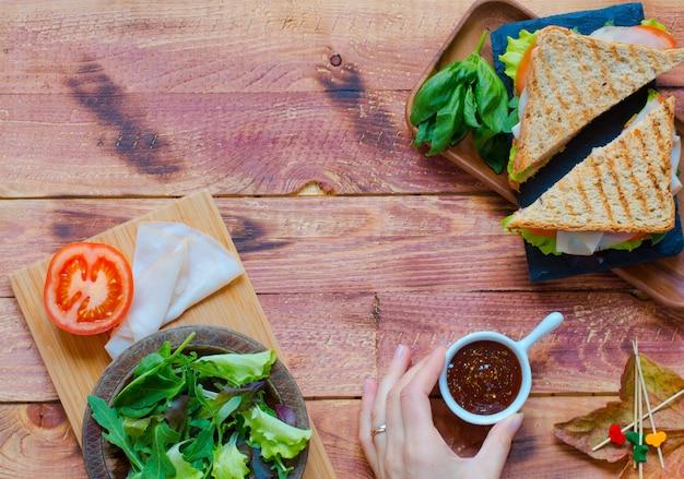 Bovenaanzicht van gezonde sandwich op een houten achtergrond Premium Foto
