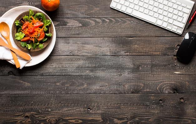 Bovenaanzicht van gezonde sandwich toast met sla, op een houten oppervlak Premium Foto