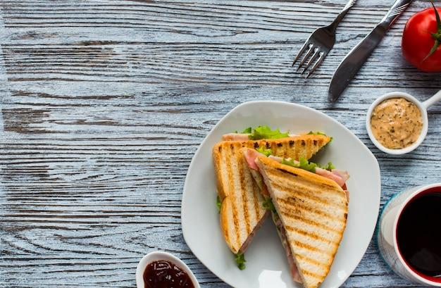 Bovenaanzicht van gezonde sandwich toast op een houten oppervlak Premium Foto
