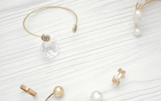 Bovenaanzicht van gouden armband op diamant en gouden sieraden op houten tafel Premium Foto