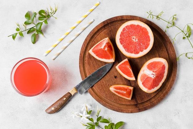 Bovenaanzicht van grapefruit segmenten met sap Gratis Foto