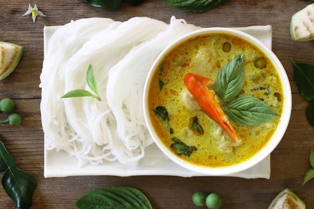 Bovenaanzicht van groene curry vis bal in witte kom Premium Foto
