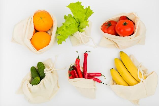 Bovenaanzicht van groenten en fruit in herbruikbare tassen Gratis Foto