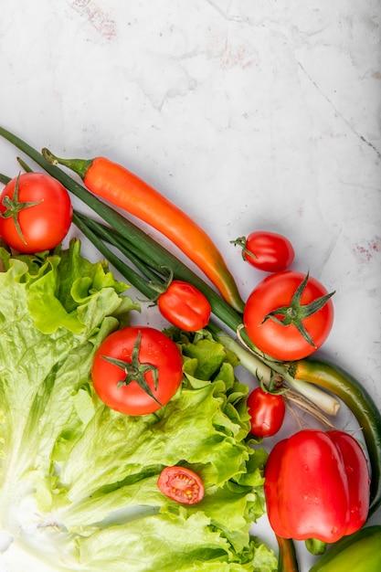 Bovenaanzicht van groenten op witte ondergrond Gratis Foto