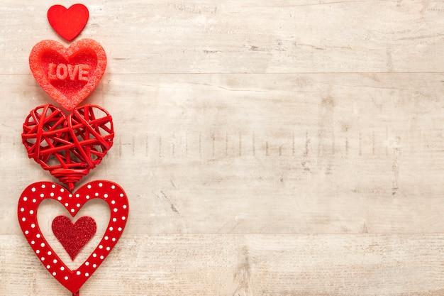 Bovenaanzicht van hart met kopie ruimte op houten achtergrond Gratis Foto