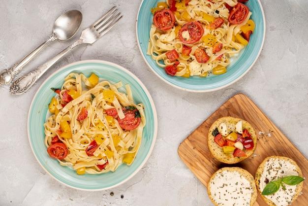 Bovenaanzicht van heerlijk italiaans eten op effen achtergrond Gratis Foto