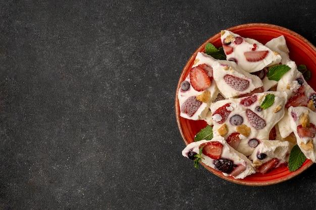 Bovenaanzicht van heerlijke bevroren fruityoghurt Gratis Foto