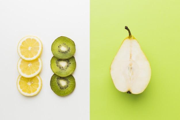 Bovenaanzicht van heerlijke kiwi, citroen en peer Gratis Foto