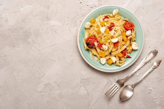 Bovenaanzicht van heerlijke pasta met kopie ruimte Gratis Foto