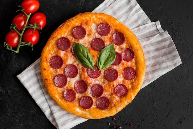 Bovenaanzicht van heerlijke pizza concept Premium Foto