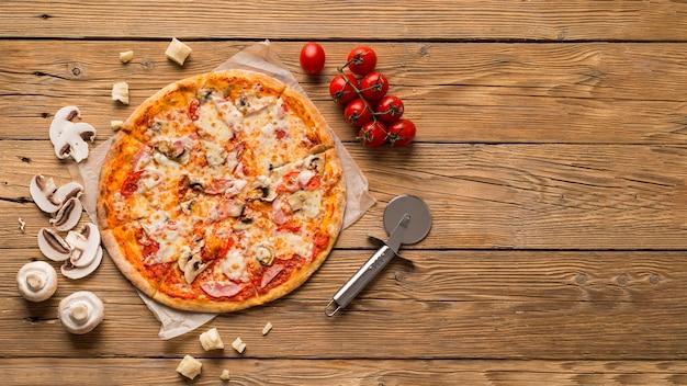 Bovenaanzicht van heerlijke pizza met kopie ruimte Premium Foto