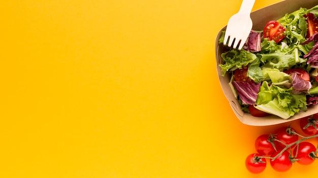 Bovenaanzicht van heerlijke verse salade Gratis Foto