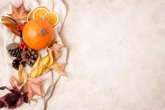 Bovenaanzicht van herfst arrangement met kopie ruimte Premium Foto