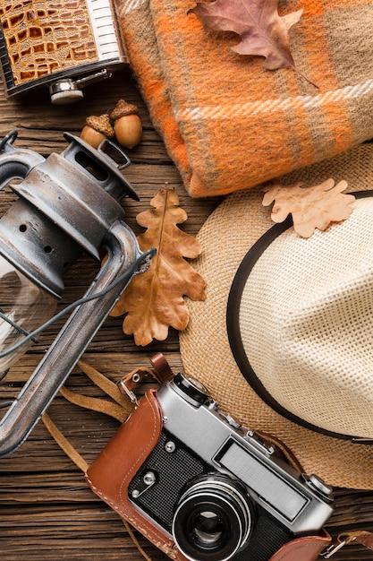 Bovenaanzicht van herfst essentials met hoed en camera Gratis Foto
