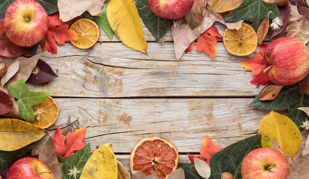 Bovenaanzicht van herfstbladeren met kopie ruimte en gedroogde citrus Gratis Foto