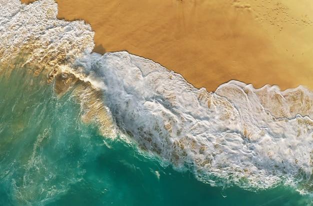 Bovenaanzicht van het beroemdste strand van bali, indonesië Premium Foto