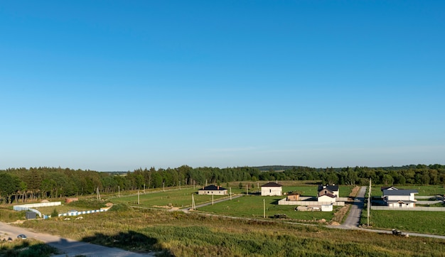 Bovenaanzicht van het landelijke landschap op een zonnige lentedag. cottage dorp Premium Foto