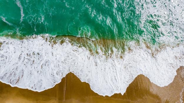 Bovenaanzicht van het prachtige zandstrand met turquoise zeewater. Premium Foto