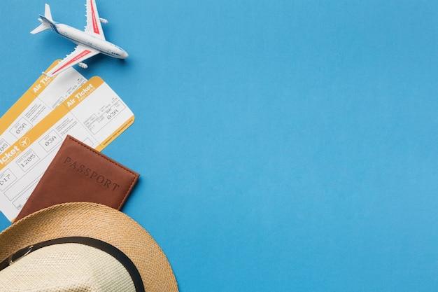 Bovenaanzicht van hoed en reizen essentials met kopie ruimte Gratis Foto