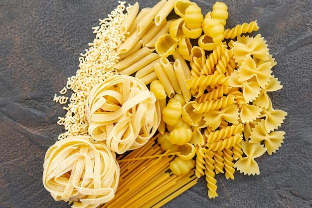 Bovenaanzicht van italiaanse pasta op effen achtergrond Gratis Foto