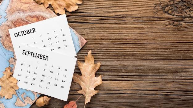 Bovenaanzicht van kalender met kopie ruimte en herfstbladeren Premium Foto