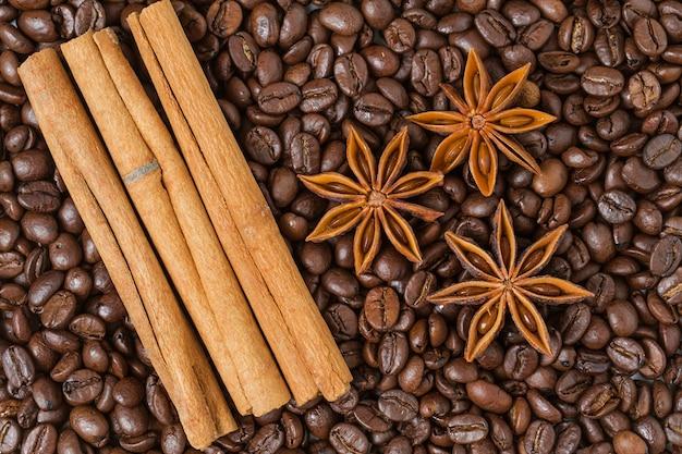 Bovenaanzicht van kaneelstokjes met koffiebonen Gratis Foto