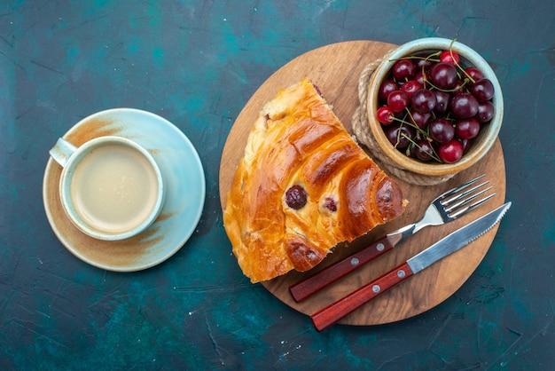 Bovenaanzicht van kersencake met verse zure kersen en melk op donker, cake fruit bak zoete thee Gratis Foto