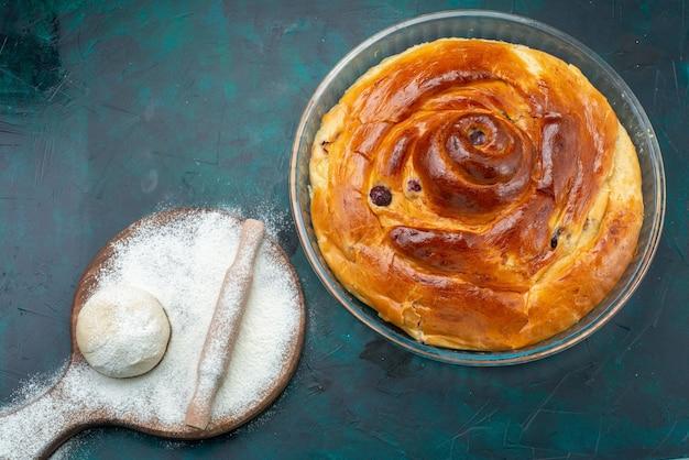 Bovenaanzicht van kersentaart met bloemdeeg op donkere, taartcake fruit bak gebak Gratis Foto