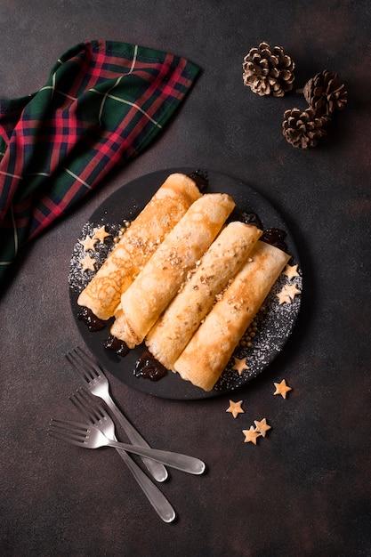 Bovenaanzicht van kerst pannenkoeken met dennenappels Gratis Foto