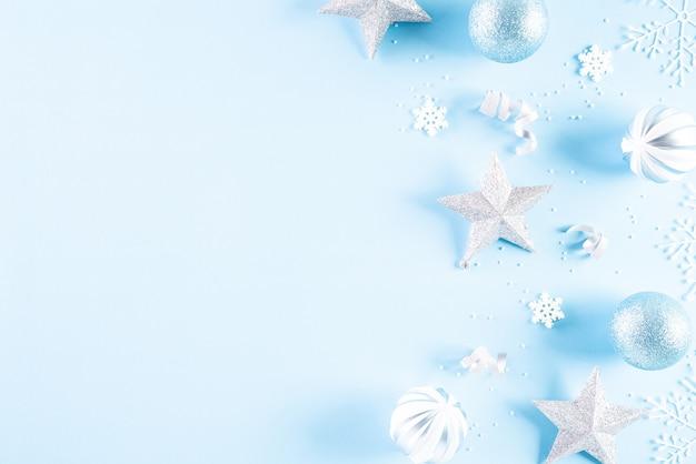 Bovenaanzicht van kerstdecoratie op blauwe achtergrond. Premium Foto