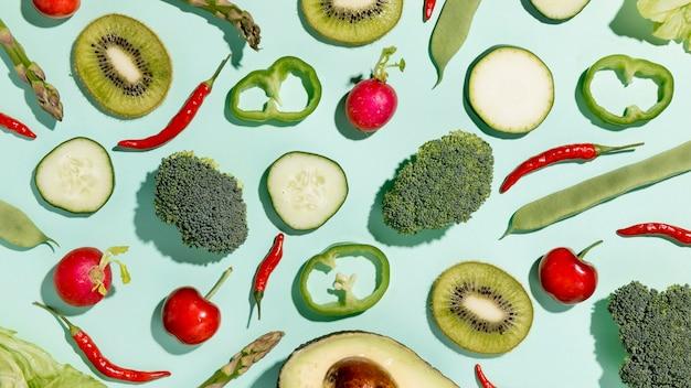 Bovenaanzicht van kiwi met broccoli en groenten Gratis Foto