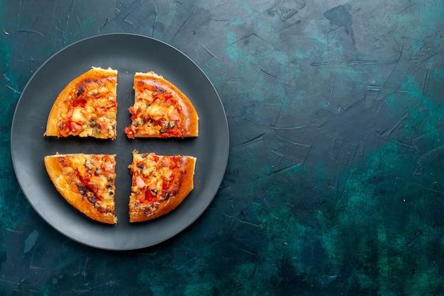Bovenaanzicht van kleine kaas pizza vier gesneden binnen plaat op donkerblauw oppervlak Gratis Foto