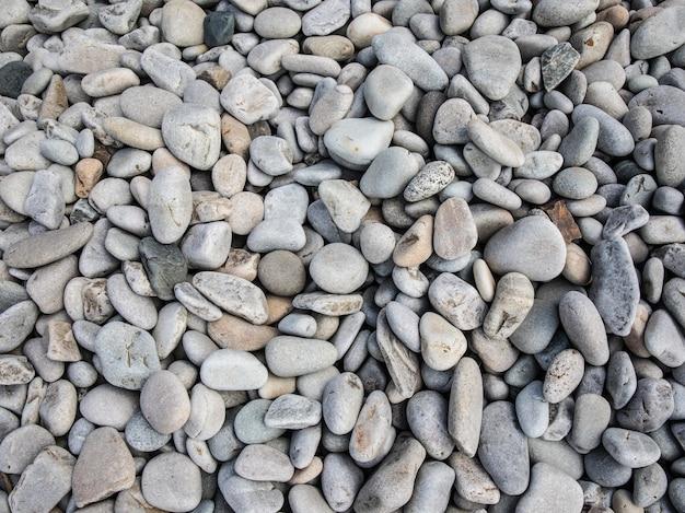 Bovenaanzicht van kleine kiezelstenen op het strand overdag Gratis Foto