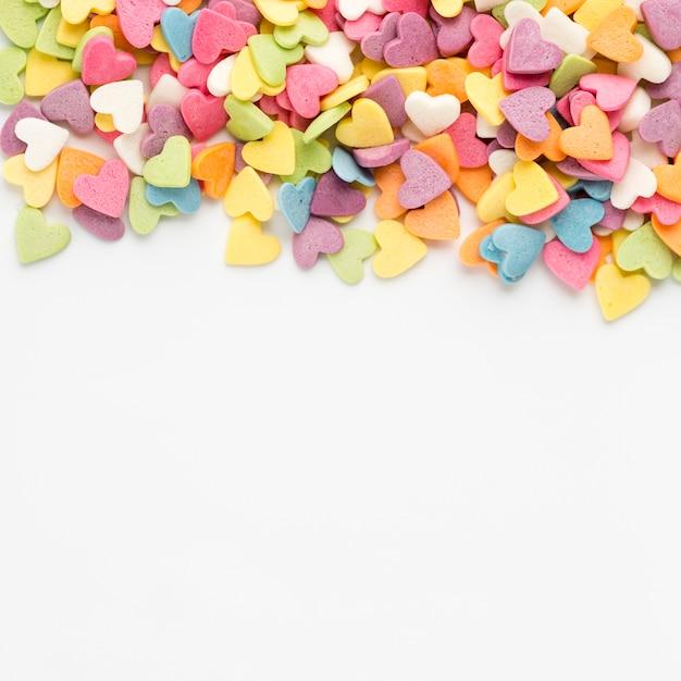 Bovenaanzicht van kleurrijke hartvormige snoepjes Gratis Foto