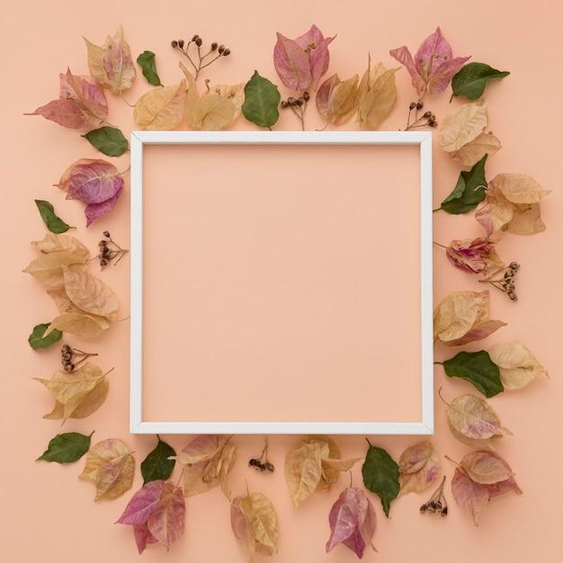 Bovenaanzicht van kleurrijke herfstbladeren met frame Premium Foto
