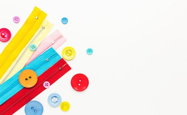 Bovenaanzicht van kleurrijke knopen en ritsen met kopie ruimte Premium Foto