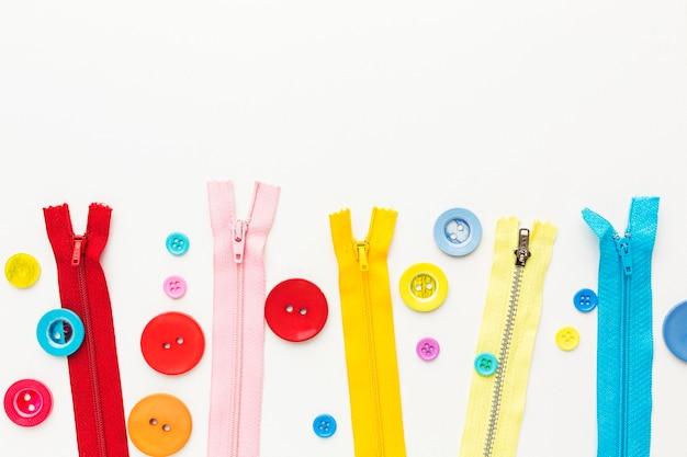 Bovenaanzicht van kleurrijke knopen en ritsen Premium Foto