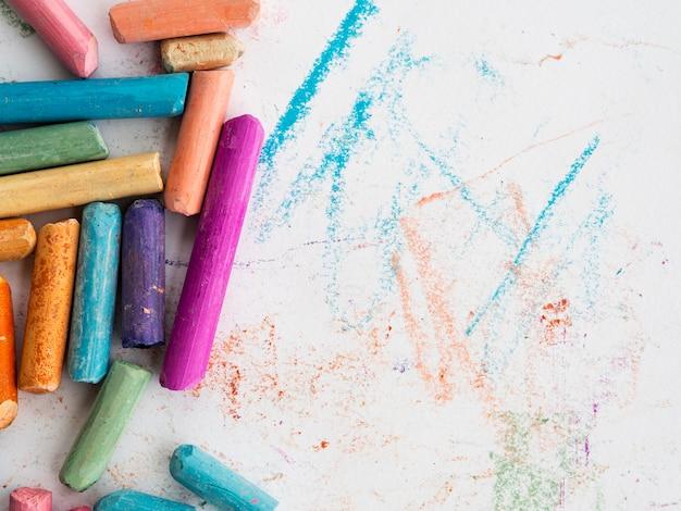 Bovenaanzicht van kleurrijke krijt met kopie ruimte Gratis Foto