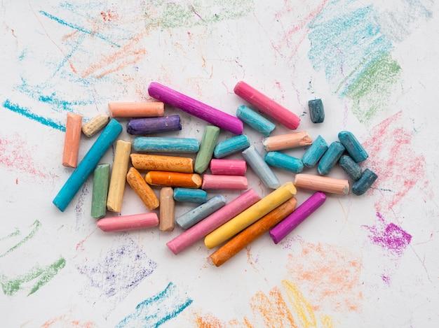 Bovenaanzicht van kleurrijke krijt Gratis Foto
