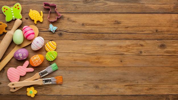 Bovenaanzicht van kleurrijke paaseieren met keukengerei en kopie ruimte Gratis Foto