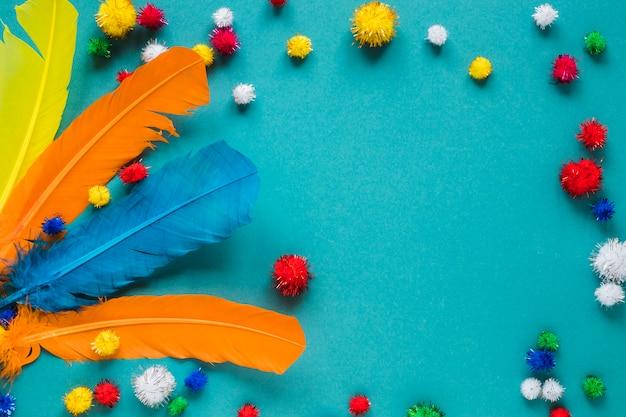 Bovenaanzicht van kleurrijke veren en pom-poms Gratis Foto