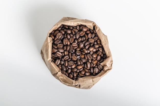 Bovenaanzicht van koffiebonen in papieren zak Gratis Foto