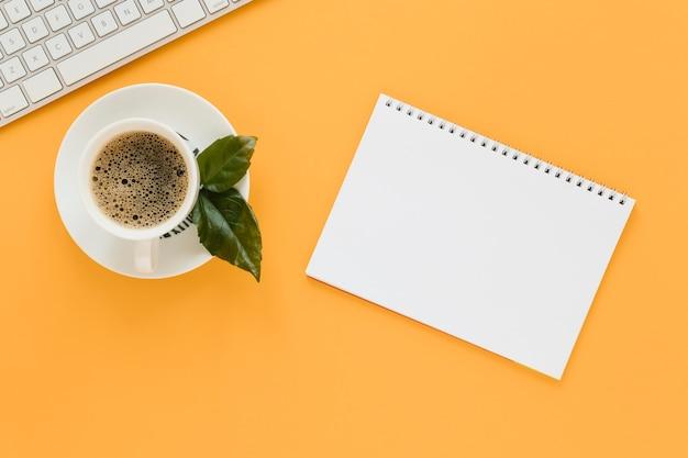 Bovenaanzicht van koffiekopje en laptop Gratis Foto