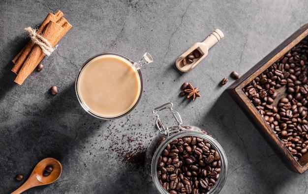 Bovenaanzicht van koffiekopje met kaneelstokjes en pot Gratis Foto
